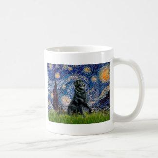 Noche estrellada - perro perdiguero revestido taza clásica