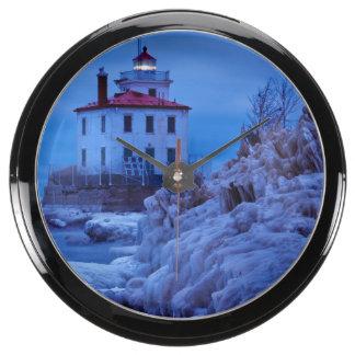 Noche hivernal, helada en el faro del puerto de relojes aqua clock