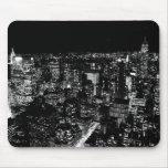 Noche negra y blanca de New York City Alfombrillas De Ratones