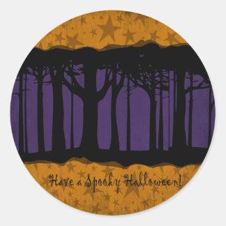 Noche oscura y mágica de Halloween del bosque Pegatina Redonda