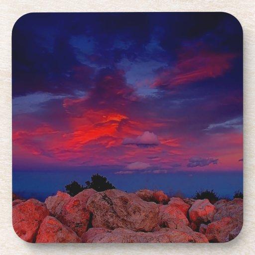 Noche roja de la roca del agua posavaso