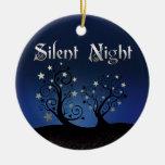 Noche silenciosa de los árboles estrellados adornos