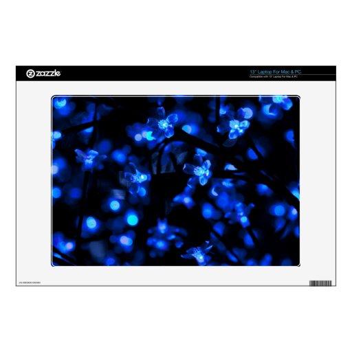 Noche Skye con las flores azules Portátil 33cm Skin