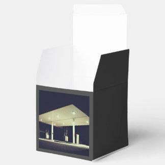 Noche temática, una imagen blanco y negro de un caja para regalos de fiestas