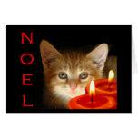 Noel del gatito con las velas tarjeton