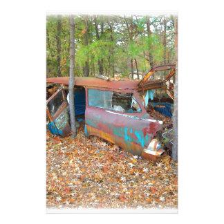 Nómada 1957 de Chevy que aherrumbra en Junkyard en Papelería