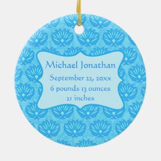 Nombre azul del bebé del damasco personalizado adorno navideño redondo de cerámica