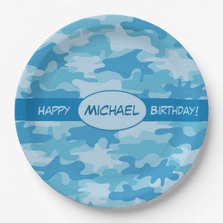 Nombre azul del feliz cumpleaños del camuflaje platos de papel