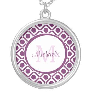 Nombre con monograma geométrico púrpura y blanco collar plateado