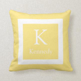 Nombre de encargo blanco amarillo en colores almohadas