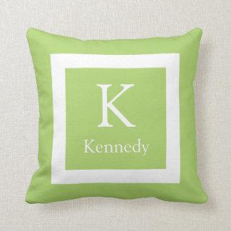 Nombre de encargo blanco verde del monograma almohada