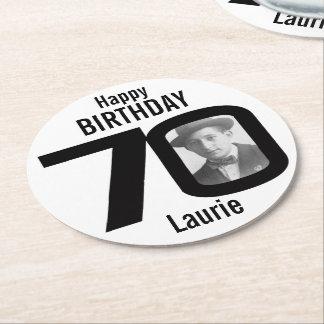 Nombre del feliz cumpleaños 70.o y prácticos de posavasos desechable redondo