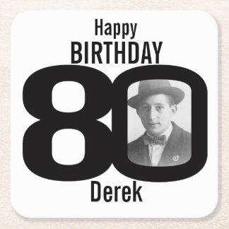 Nombre del feliz cumpleaños 80.o y prácticos de posavasos de cartón cuadrado