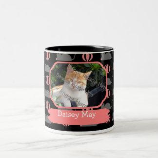 Nombre femenino del gato del ratón y tazas de café