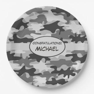 Nombre gris de la enhorabuena del camuflaje platos de papel