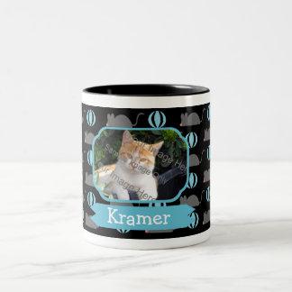 Nombre masculino del gato del ratón y tazas de caf