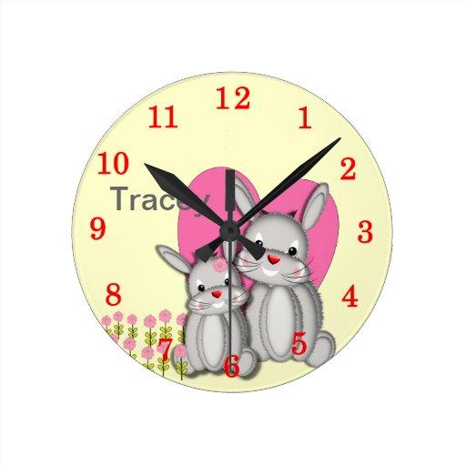 Nombre personalizado mullido lindo de los conejos  reloj de pared