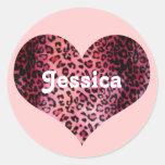 Nombre rosado del corazón del estampado leopardo pegatina redonda