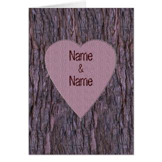 Nombres personalizados tallados en tarjeta del árb
