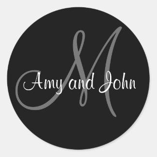 Nombres y negro inicial del pegatina del boda del