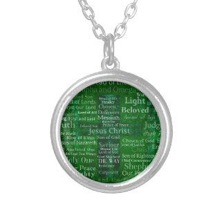 Nombres y títulos de Jesús con la cruz verde Colgantes