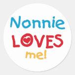 Nonnie me ama las camisetas y los regalos pegatinas redondas