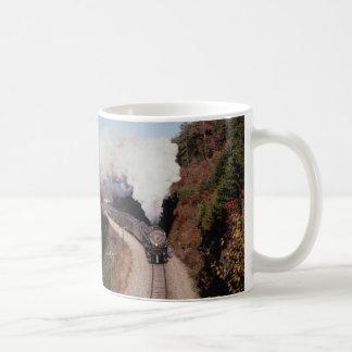 Norfolk y occidental, no. 1218, cerca del fuerte v tazas de café