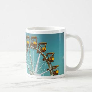 Noria en parque de la diversión en el cielo azul taza de café