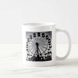 Noria en regalos blancos y negros de la foto taza básica blanca
