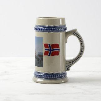 Noruega, barco de cruceros en puerto jarra de cerveza