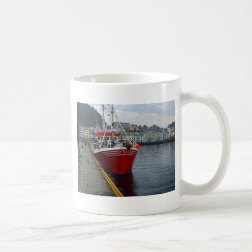 Noruega, barco pesquero del agua profunda en puert taza
