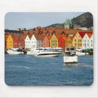 Noruega, Bergen, costa con el puerto deportivo Tapetes De Ratón
