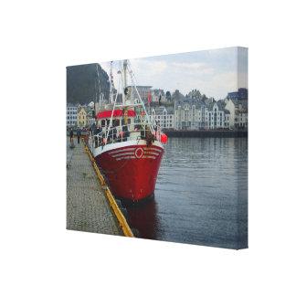 Noruega, buque profundo de la pesca en mar amarró  lona estirada galerías
