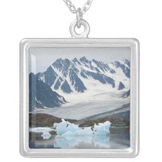 Noruega, glaciar del retroceso e iceberg colgante cuadrado