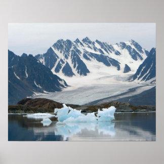 Noruega, glaciar del retroceso e iceberg poster