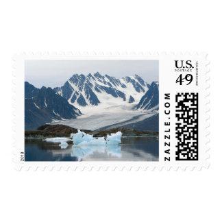 Noruega, glaciar del retroceso e iceberg sello