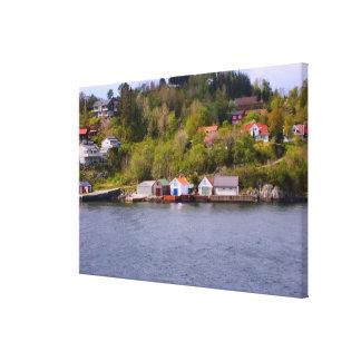 Noruega, pueblo en el jefe de un fiordo impresión en lona
