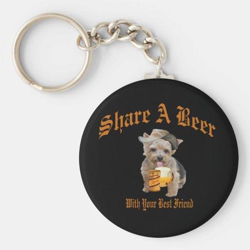 Norwich Terrier comparte una cerveza Llavero