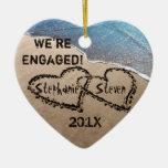 Nos contratan dos corazones al ornamento del día adorno navideño de cerámica en forma de corazón