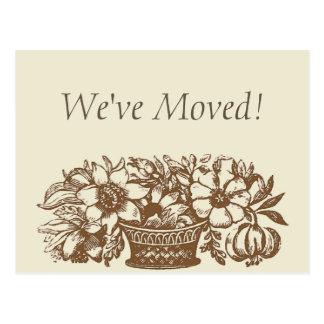 ¡Nos hemos movido! Flores de Brown Tarjeta Postal