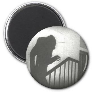 Nosferatu que se arrastra las escaleras imán redondo 5 cm