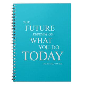 Nota de motivación inspirada futura de la cita de libros de apuntes con espiral