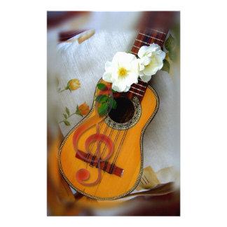 Nota hermosa de la música de la guitarra acústica  papeleria de diseño