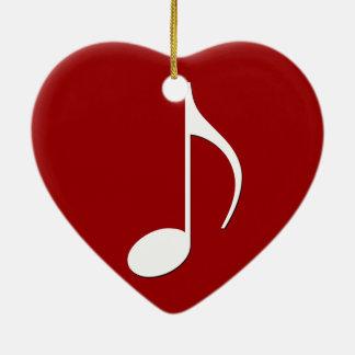 Nota musical sobre cualquier fondo del color adorno navideño de cerámica en forma de corazón
