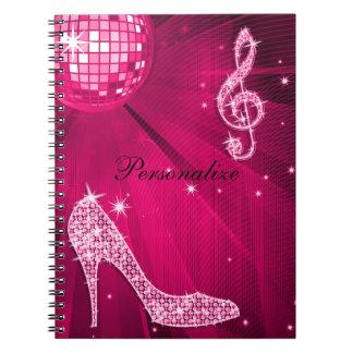 Nota y tacón de aguja brillantes de la música de l cuaderno