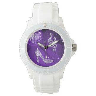 Nota y tacón de aguja púrpuras brillantes de la reloj de mano