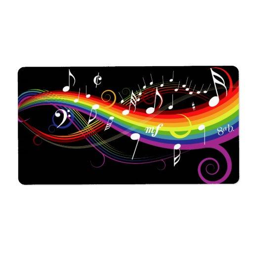 Notas blancas de la música del arco iris sobre etiquetas de envío