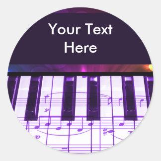Notas coloridas del teclado y de la música de etiqueta redonda
