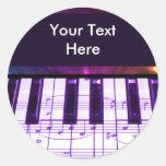 Notas coloridas del teclado y de la música de pian etiqueta redonda