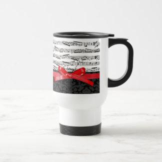 Notas de la música y falsa cinta roja taza de café